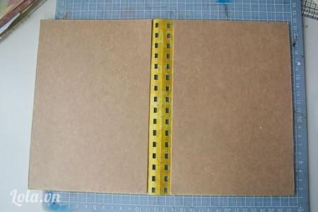 Mở tấm bìa ra, rồi đặt 2 tờ giấy bìa cứng khác lên 2 mặt bên trong của tấm bìa