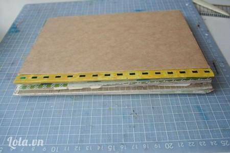 Gập đôi lại sau cho mặt phải màu xanh của tấm bìa nắm bên trong, kế đó bạn đặt tất cả  các chồng giấy đã làm lúc nảy nằm dưới tấm bìa