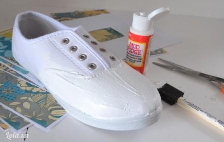 Cho keo lên trên bề mặt mũi giày