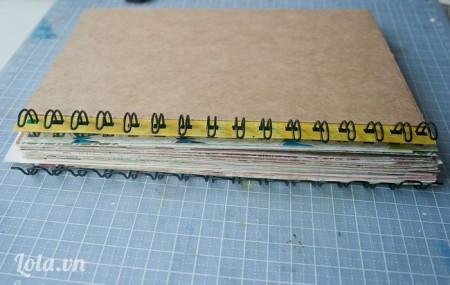 Lấy cây xoắn ốc xỏ qua các lỗ đã bấm vào chồng giấy và tấm bìa