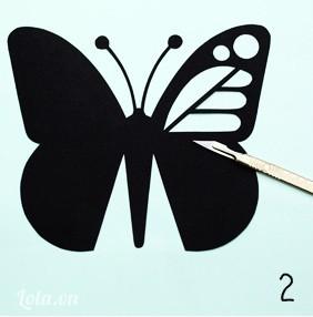 Dùng bút vẽ các chi tiết bên trong bướm rồi dùng dao nhọn cắt bỏ các chi tiết bên trong đi