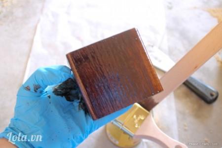 Đeo găng tay vào, bắt đầu nhuộm màu lên trên bằng nước sơn dầu màu nâu