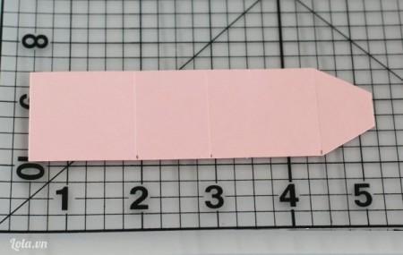 Cắt đầu giấy thành hình tam giác cho giống như là một nắp ví