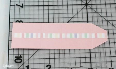 Dán băng keo washi dọc theo đường thẳng đứng của giấy bìa