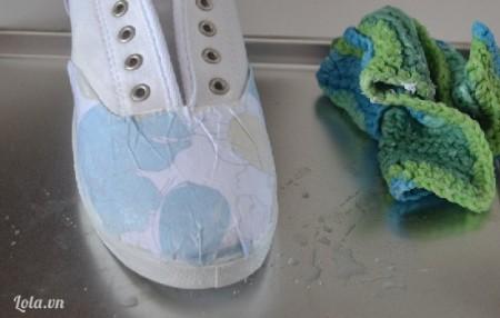 Dùng bọt biển hoặc miếng giẻ thấm nước cho miếng giấy hơi ẩm một tí