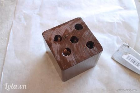 Đợi 10-15 phút để cho nước sơn thấm vào bên trong gỗ