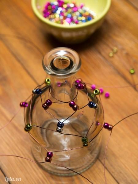 Tiếp tục chéo, xoay năm lần, Xỏ các hạt, và lặp lại cho đến khi chai được bao bằng dây và hạt