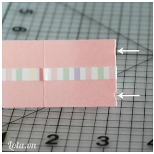Gập phần nắp ví xuống rồi cắt 2 lỗ nhỏ ở hai bên đầu giấy như hình