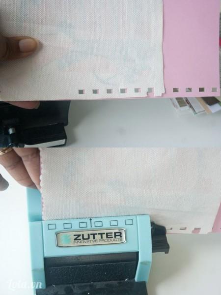 Xếp 2 tờ giấy chồng lên nhau. Bấm 5 lỗ đầu tiên trên tờ giấy lớn sau đó chồng tờ giấy nhỏ lên rồi bấm tiếp lỗ theo thứ tự lỗ đã đóng trên giấy trước đó