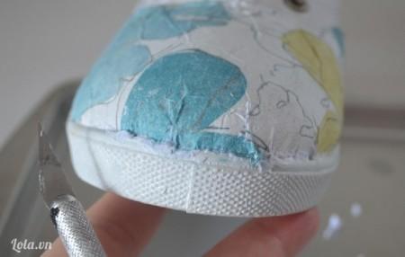 Chỉnh sửa lại phần mũi giầy những chỗ còn giấy và vải thừa xung quanh