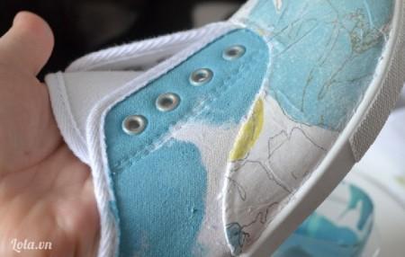 Dùng cọ và màu acrylic sơn lên xung quanh phần trung tâm của giày, chọn màu tiệp với họa tiết mới đẹp nhé bạn