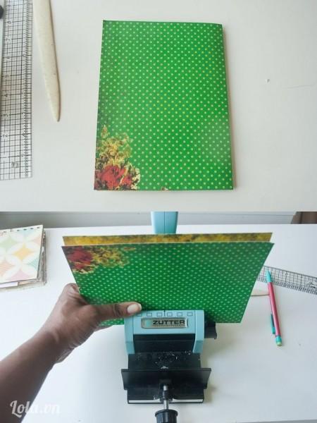 Rồi gập đôi tờ giấy lại theo đường đã kẽ như trong hình, bấm lỗ tương tự như cách bạn đã làm ở các bước trước
