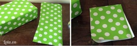 Cắt giấy có chiều dài gần gấp đôi hộp quà và chiều ngang bằng 2/3 hộp quà, gấp lại làm đôi theo chiều dọc
