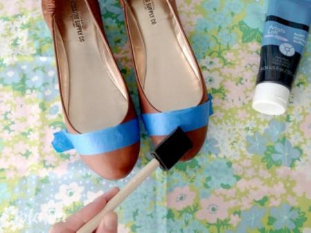 Sau đó sơn phủ một màu đen lên trên mũi đôi giày. Bạn có thể sơn làm 3 lớp để cho có màu sắc đẹp nhất