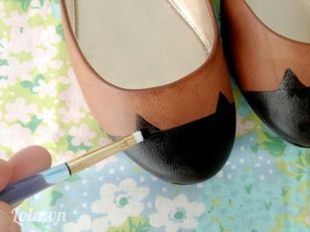 Sau khi sơn khô bóc băng keo bỏ đi rồi vẽ hình tam giác làm đôi tai