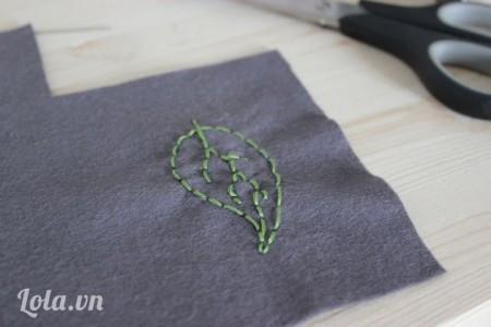 Thêu lên trên vải theo hình chiếc lá, bạn không cần phải biết thêu chỉ cần may theo các đường đơn giản thế này cũng được nhé