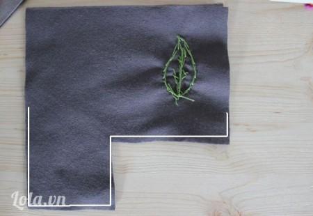 Lặt ngược mặt phải vải lại cắt cho thẳng vải rồi dùng máy đạp xung quanh theo hình kẽ trắng