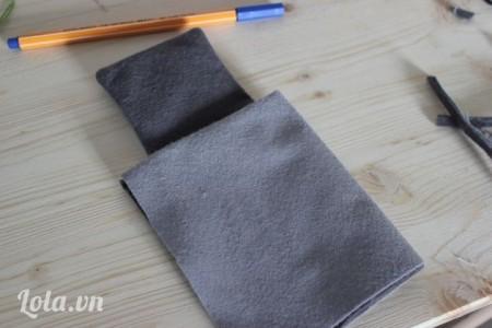 Lật ngược mặt phải lại rồi gấp đôi miếng vải lại với nhau