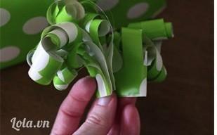 Sau khi đã làm hết các chỗ giấy đó thì cuộn tròn lại chỗ phần trên của giấy