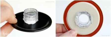 Đặt lớp bên trong lên trên chai nhựa lần nữa để làm cho vòng tròn to hơn một chút, rồi dán keo lên xung quanh mặt trên