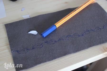 Cắt một đoạn vải khác vẽ họa tiết lá xung quanh