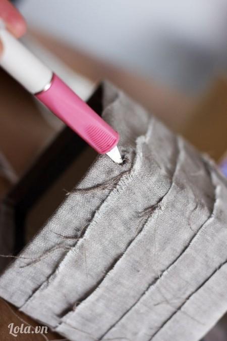 Dùng dao mũi nhọn đâm 4 lỗ xung quanh hộp giấy