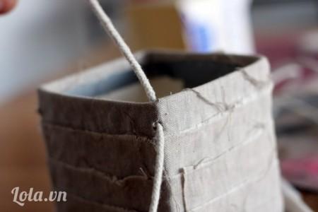 Xỏ dây thừng vào 4 lỗ vừa đâm , bạn nên để thành 2 sợi dây sau khi xỏ