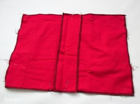 Miếng vải số 3 chồng lên trên 2 miếng vải này, dùng kim tây cố định lại