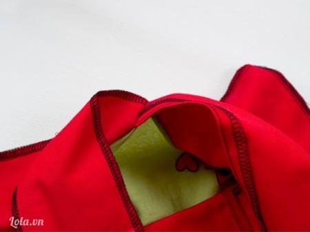 May nối các miếng vải lại với nhau như hình chiếc túi ban đầu nhé, nhớ chừa phần miệng túi để ta cho sách vào bên trong