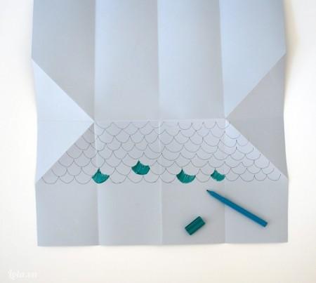 Mở giấy ra trang trí hình mái nhà lên trên bằng bút chì