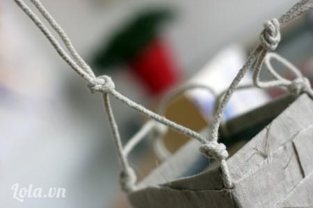 Cột dây này với dây khác lại với nhau để tạo kiểu cho phần dây thêm đẹp