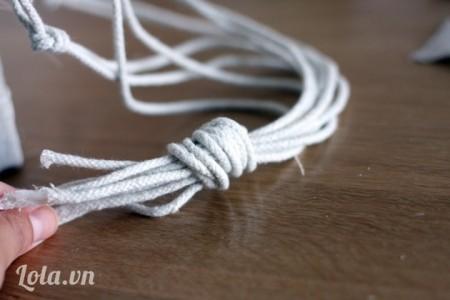 Chụm tất cả lại rồi cột thành một mối nối lớn như thế này để làm phần dây treo nhé