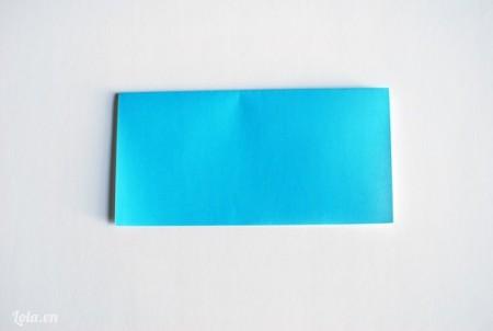 Cắt giấy ra thành hình vuông kích thước 26 cm, gập lại làm đôi