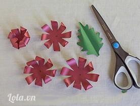 Dùng kéo đâm một lỗ nhỏ ở vị trí trung tâm của từng cánh hoa, uốn nhẹ các phần đầu hơi cong lại một tí