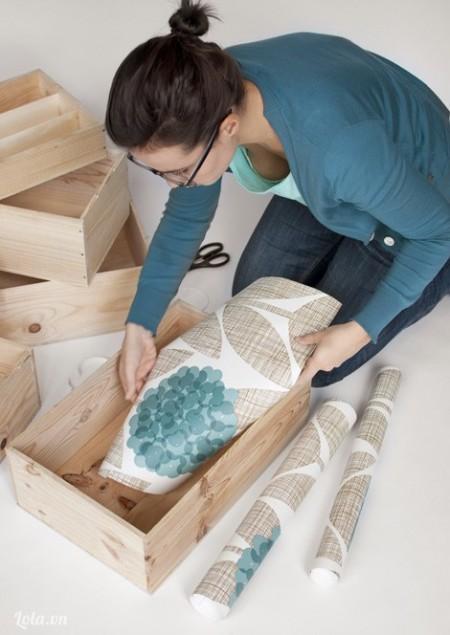 Cho keo vào bên dưới chiếc hộp rồi đặt miếng giấy lên trên mặt