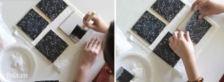 Cho keo lên trên mặt của miếng gạch bông, rồi dán miếng giấy hình cung hoàng đạo lên trên miếng gạch