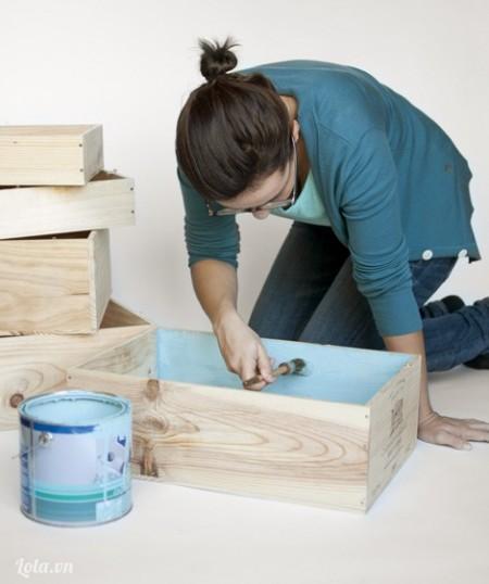 Sau đó sơn xung quanh mặt bên trong của chiếc hộp, làm tương tự cho các hộp còn lại
