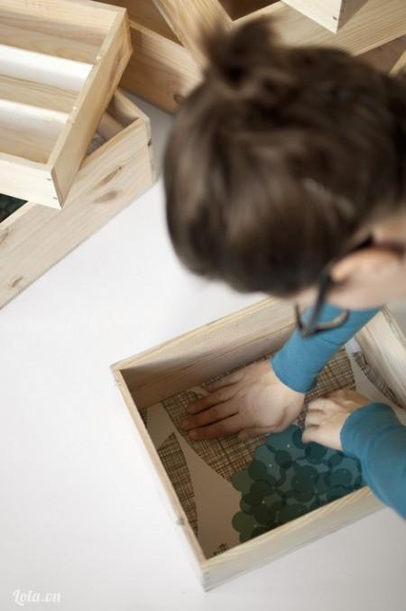 Dùng tay ấn cho giấy bám sát vào mặt dưới của giấy
