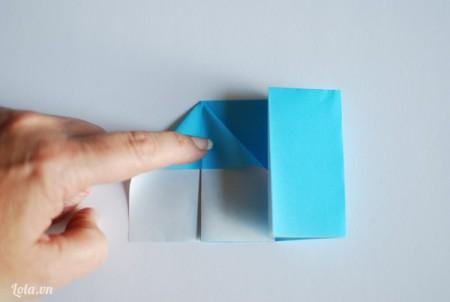 Dùng tay vuốt cho giấy có nếp