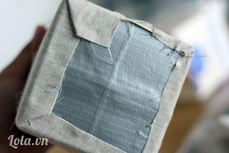 Bọc phần vải dư vào dưới đáy hộp