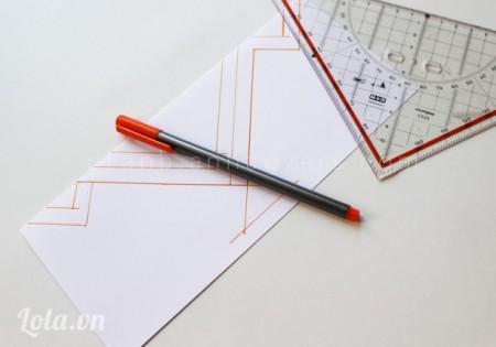 Gấp giấy lại một nữa, vẽ hình học mà bạn thích lên trên đó