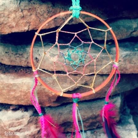 Và trang trí thêm lông vũ là xong dreamcatcher xinh đẹp rồi nhé. Thêm một kiểu xinh xinh vào bộ sưu tập handmade của bạn rồi nhé