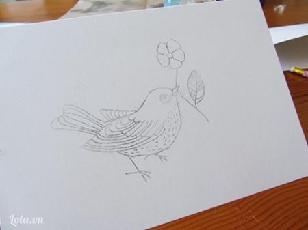 In mẫu hình chú chim lên trên tờ giấy in rồi dùng giấy can, can lại hình lên trên tờ giấy thiệp