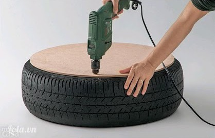 Đặt 2 miếng carton hình tròn lên trên mặt trên và dưới của vỏ xe, dùng máy khoan các lỗ lên trên bìa cứng và vỏ xe