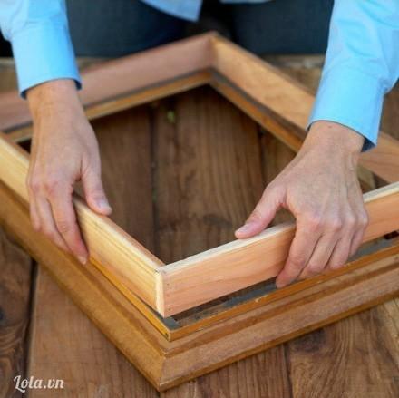 Dán khung gỗ chồng lên trên khung ảnh ( xem hình )