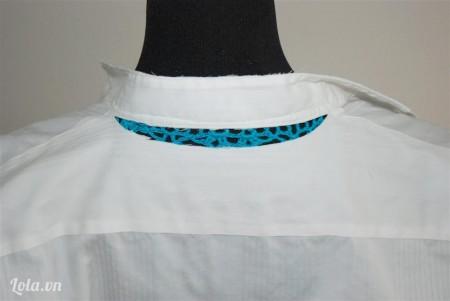 Cắt một đoạn nhỏ vải phía trên cổ áo