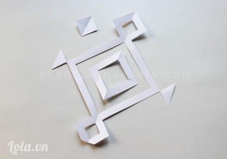 Tiếp tục giữ giấy làm đôi rồi cắt giấy theo họa tiết đã vẽ sẵn
