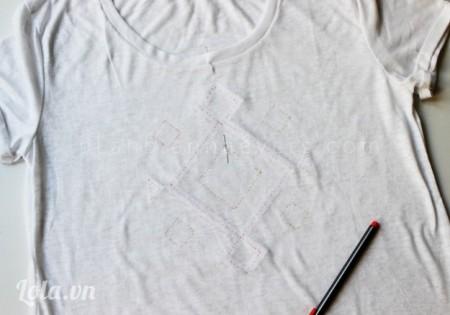 Đặt tờ giấy nằm phía sau áo, dùng viết chấm đỏ đánh dấu vị trí theo mẫu