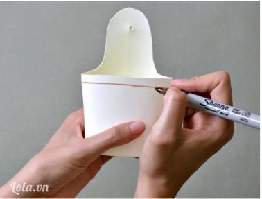 Dùng bút vẽ trang trí lên trên mặt nhựa của chiếc giỏ