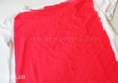 Đặt vải lên trên áo rồi dùng kim tây cố định lại vị trí xung quanh
